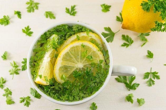 10 Beneficios del Agua de Perejil Comprobados (con recetas)
